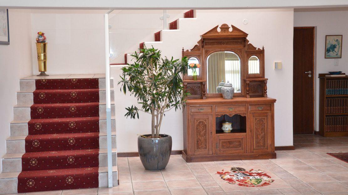 4 Bedroom Blue Horizon Bay House Dresser & Staircase